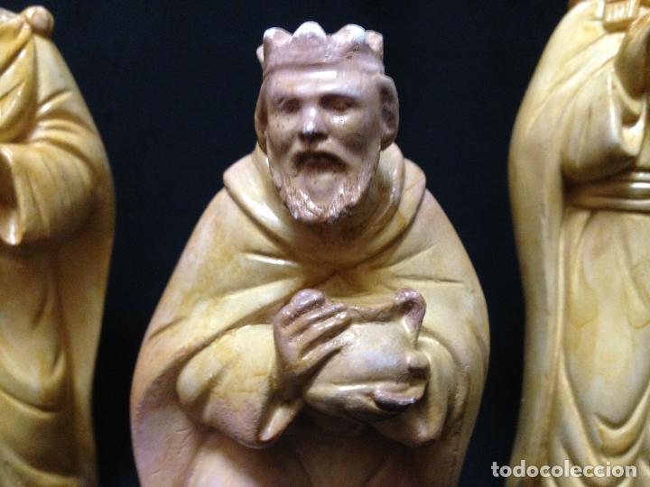 Antigüedades: LOS TRES REYES MAGOS DE ORIENTE , PRECIOSAS FIGURAS EN YESO , Ó ESTUCO POLICROMADO - Foto 3 - 82705632