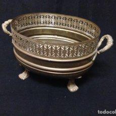 Antigüedades: CENTRO DE MESA EN METAL DORADO DOS ASAS. Lote 82715924