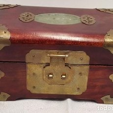 Antigüedades: CAJA, JOYERO CHINO EN MADERA DE CAOBA Y LATÓN, CON PIEDRA JADE. Lote 82760576
