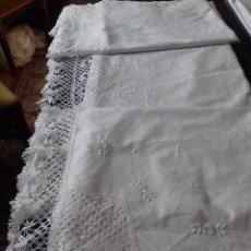 Antigüedades: ANTIGUA SABANA BORDADA A MANO CON INICIALES Y ENCAJE DE BOLILLOS.. Lote 82764108