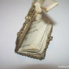 Antigüedades: ANTIGUO ESCAPULARIO BORDADO CON HILO DE ORO Y LIBRITO DE LOS 4 EVANGELIOS.. Lote 82778404