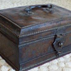 Antigüedades: COFRE O ARQUETA DE CAUDALES EN COBRE, IMPRESIONANTE INTERIOR. S. XVI.. Lote 82780880