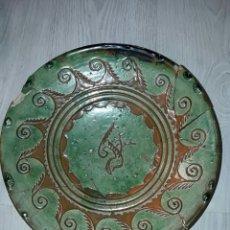 Antigüedades: REBAJADO! PLATO CERAMICA VERDE DE TITO UBEDA. Lote 82852118
