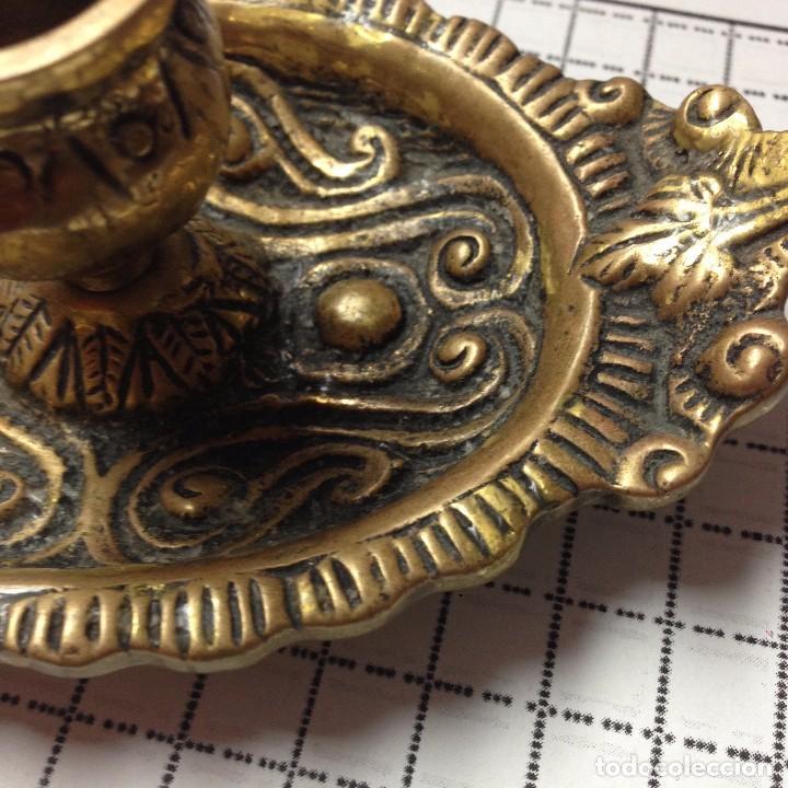 Antigüedades: Candelabro o palmatoria de bronce con relieves - Foto 4 - 82852148