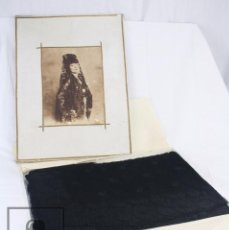 Antigüedades: ANTIGUA MANTILLA NEGRA DE ENCAJE EN SU CAJA ORIGINAL DE ÉPOCA - AÑOS 20-30 - DECORACIÓN FLORAL. Lote 82860200