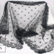 Antigüedades: ANTIGUA MANTILLA NEGRA DE ENCAJE - AÑOS 20-30 - DECORACIÓN FLORAL - MEDIDAS 190 X 85 CM. Lote 117881695