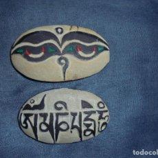 Antigüedades: PIEDRA MANI TIBETANA. OJOS DE BUDHA Y MANTRA. 8 CM. PROCEDENCIA DE ORIGEN. Lote 195539968