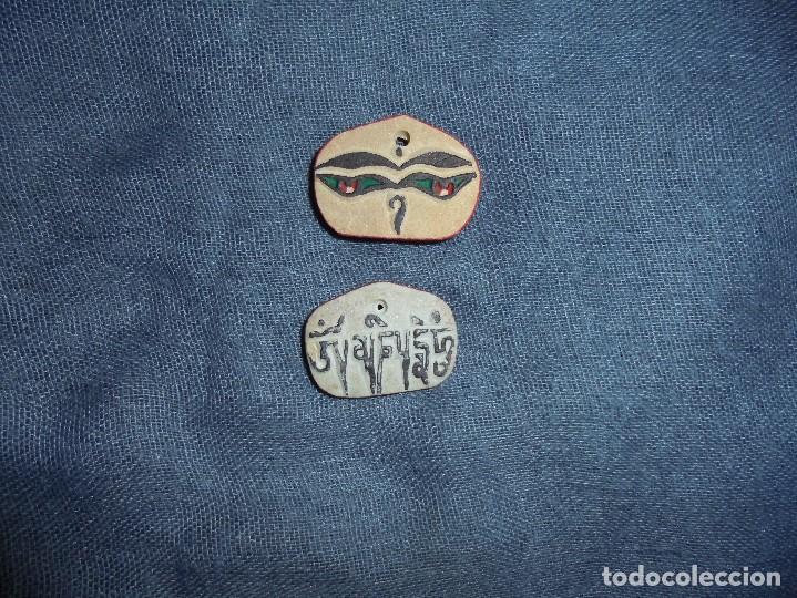 PIEDRA MANI TIBETANA. OJOS DE BUDHA Y MANTRA. 2 CM. PROCEDENCIA DE ORIGEN (Antigüedades - Religiosas - Varios)