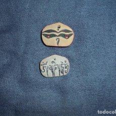 Antigüedades: PIEDRA MANI TIBETANA. OJOS DE BUDHA Y MANTRA. 2 CM. PROCEDENCIA DE ORIGEN. Lote 82887216