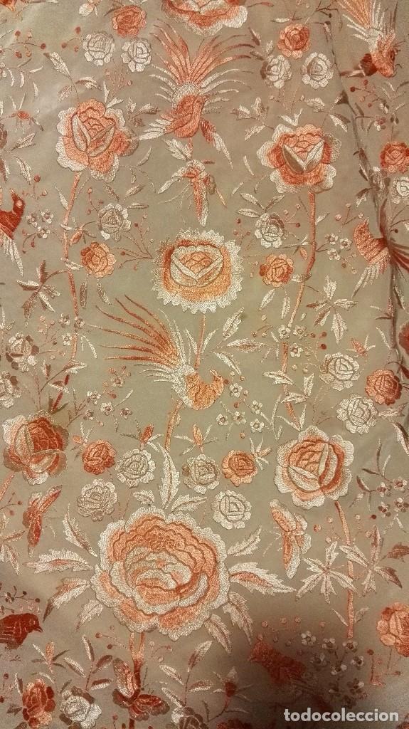 Antigüedades: Manton de Manila rosa salmón claro. bellísimos tonos. Bordado de mariposas y pájaros fleco calidad - Foto 2 - 82918920