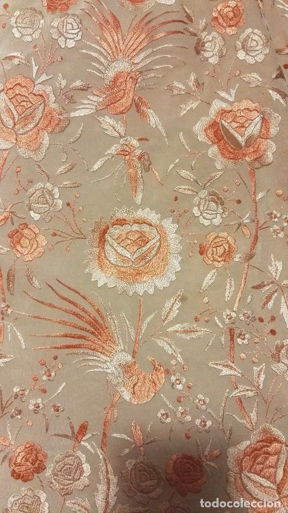 Antigüedades: Manton de Manila rosa salmón claro. bellísimos tonos. Bordado de mariposas y pájaros fleco calidad - Foto 3 - 82918920