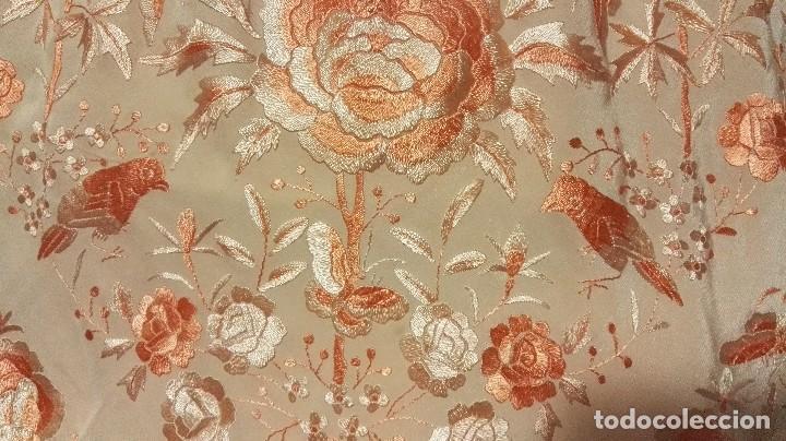 Antigüedades: Manton de Manila rosa salmón claro. bellísimos tonos. Bordado de mariposas y pájaros fleco calidad - Foto 4 - 82918920