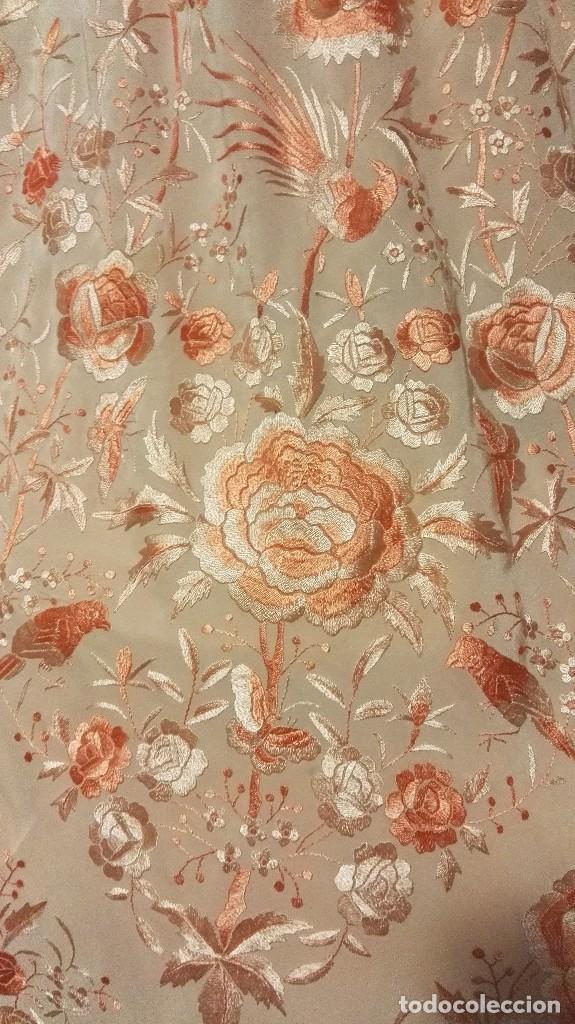Antigüedades: Manton de Manila rosa salmón claro. bellísimos tonos. Bordado de mariposas y pájaros fleco calidad - Foto 5 - 82918920