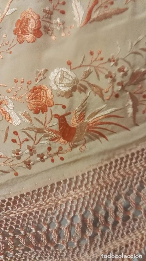 Antigüedades: Manton de Manila rosa salmón claro. bellísimos tonos. Bordado de mariposas y pájaros fleco calidad - Foto 6 - 82918920