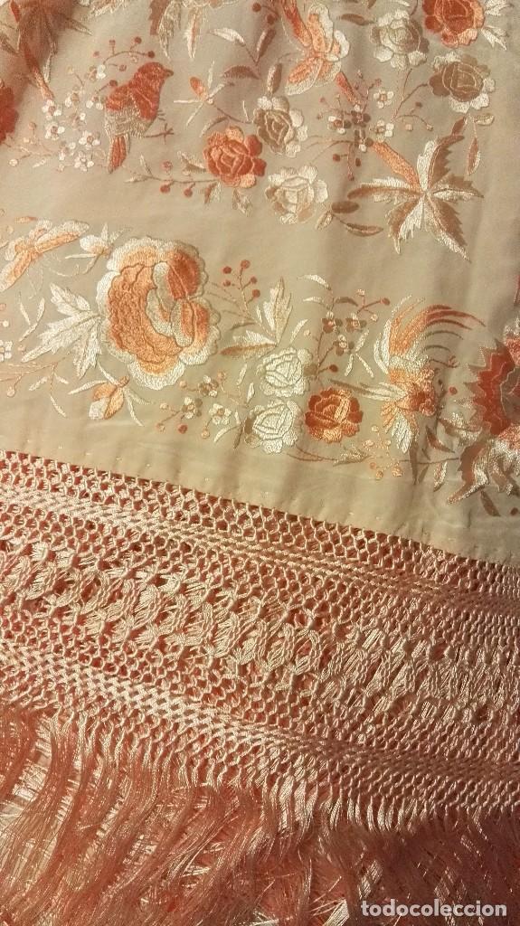 Antigüedades: Manton de Manila rosa salmón claro. bellísimos tonos. Bordado de mariposas y pájaros fleco calidad - Foto 7 - 82918920