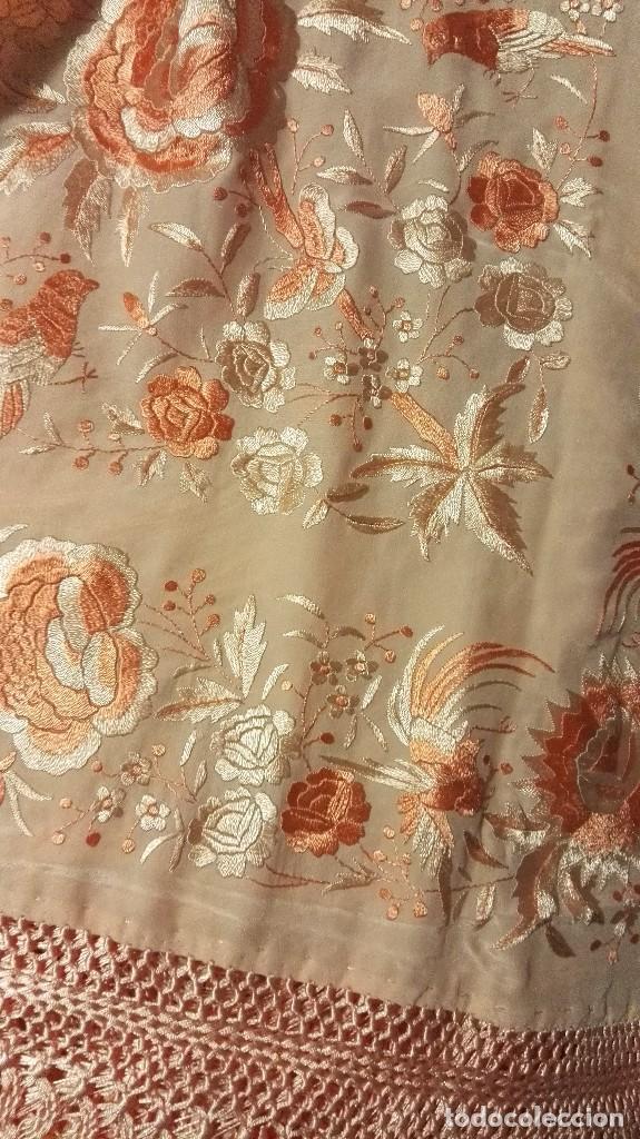 Antigüedades: Manton de Manila rosa salmón claro. bellísimos tonos. Bordado de mariposas y pájaros fleco calidad - Foto 8 - 82918920