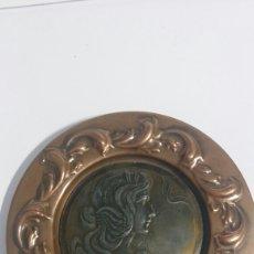 Antigüedades: PEQUEÑO PLATO MODERNISTA EN METAL Y COBRE, RELIEVE DE SEÑORITA.. Lote 82955814