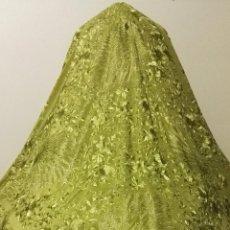Antigüedades: PIEZA RARA MANTON DE MANILA VERDE MANZANA BORDADO A MANO CON GRANDES PAVOS REALES ESPECTACULAR. Lote 82918000