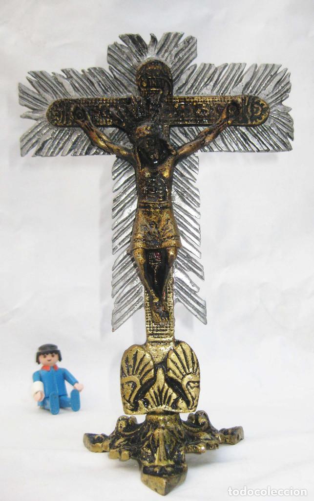 IMPOSIBLE CRUCIFIJO CRUZ METAL DORADO Y PLATA CRISTO SEÑOR DE LOS MILAGROS COLOMBIA BUGA VALLE AUCA (Antigüedades - Religiosas - Crucifijos Antiguos)