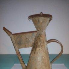 Antigüedades: CURIOSA ACEITERA HOJALATA O LATON. Lote 83083055
