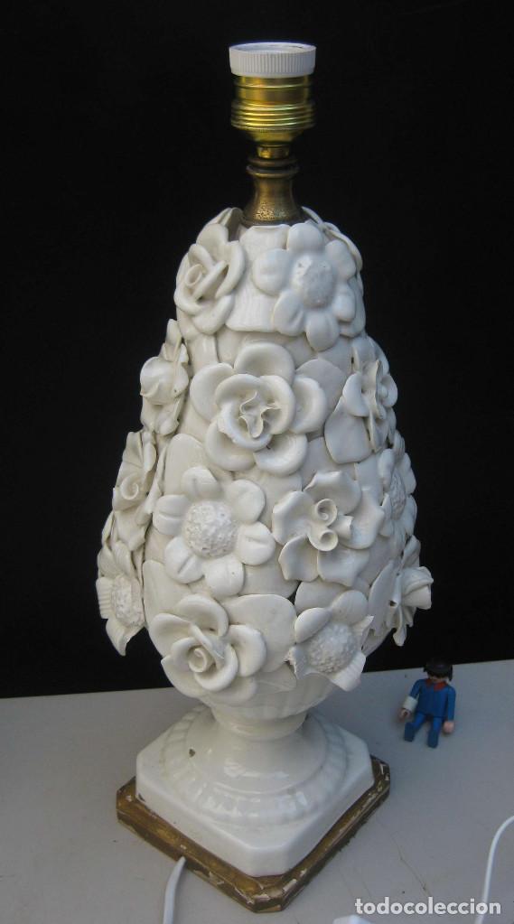 RESTAURADA, LAMPARA ANTIGUA CERAMICA MANISES FLORES BLANCAS VINTAGE POP PEANA MADERA DORADA (Antigüedades - Iluminación - Lámparas Antiguas)