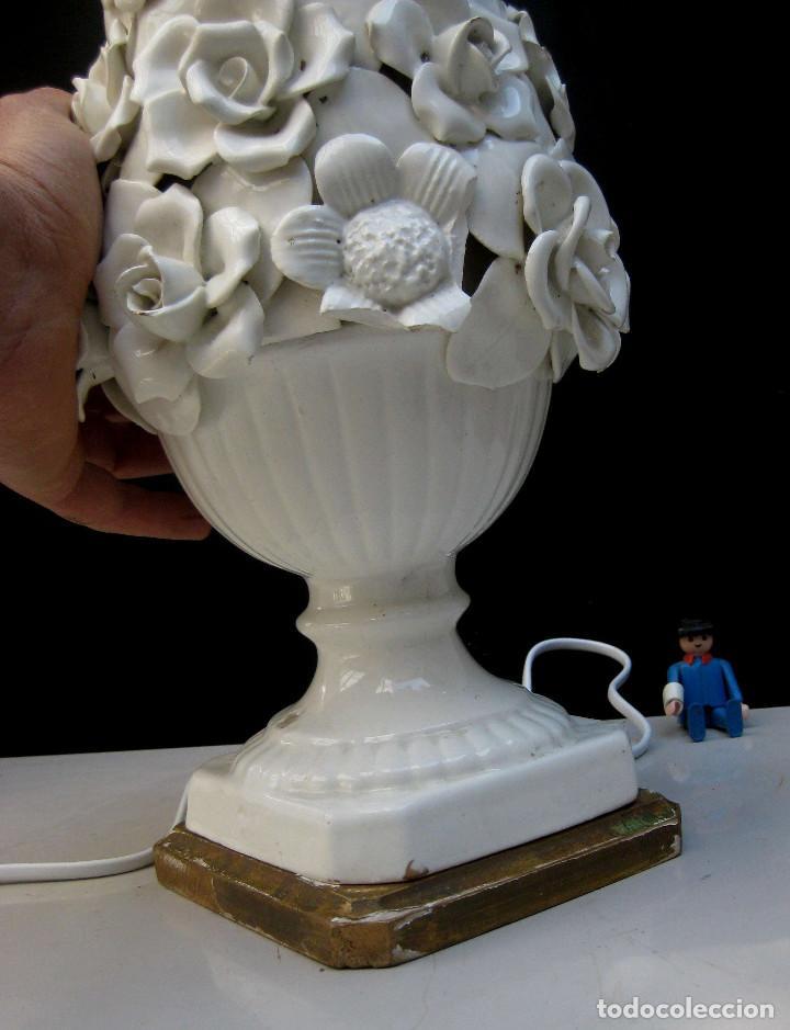 Antigüedades: RESTAURADA, LAMPARA ANTIGUA CERAMICA MANISES FLORES BLANCAS VINTAGE POP PEANA MADERA DORADA - Foto 6 - 83128764