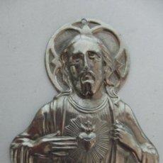 Antigüedades: ANTIGUO SAGRADO CORAZÓN - BAÑADO EN PLATA, CINCELADA - PARA PUERTA, DECORACIÓN - PRINCIPIOS S. XX. Lote 83200292