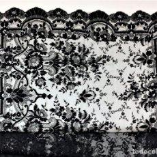 Antigüedades: MANTILLA. DECORACIÓN ASIMÉTRICA. BORDADO SEMIMANUAL SOBRE TUL.ESPAÑA. CIRCA 1930. Lote 198065891