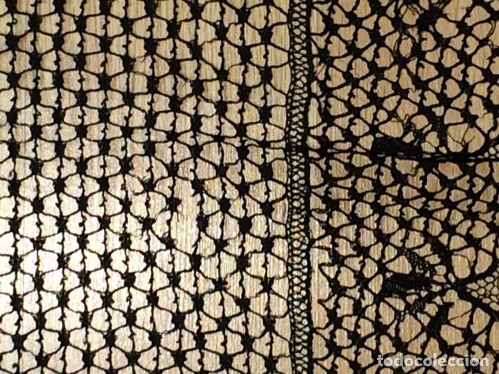 Antigüedades: MANTILLA. ENCAJE DE BOLILLOS CON HILO DE SEDA-ALGODON. ESPAÑA. CIRCA 1950 - Foto 16 - 148941997
