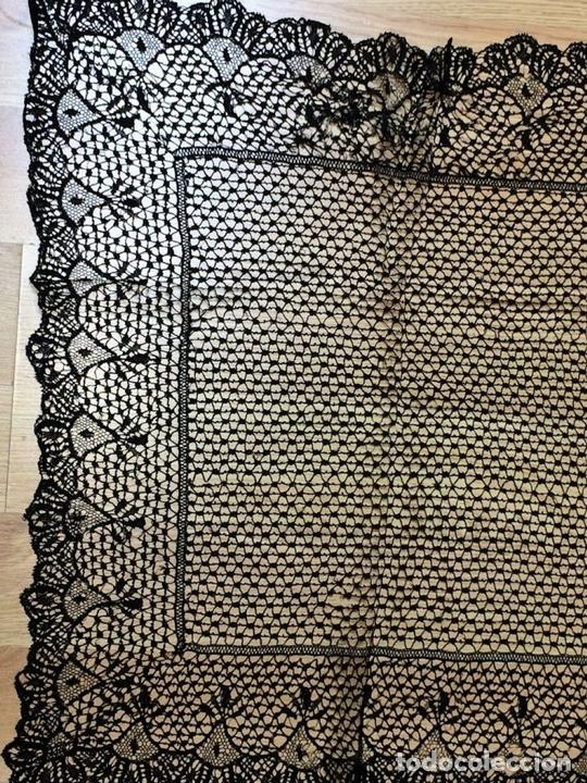 Antigüedades: MANTILLA. ENCAJE DE BOLILLOS CON HILO DE SEDA-ALGODON. ESPAÑA. CIRCA 1950 - Foto 17 - 148941997