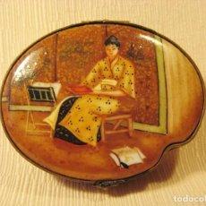 Antigüedades: CAJA DE PORCELANA DE LIMOGES PINTADA A MANO. SERIE LIMITADA MUSEO THYSSEN BORNEMISZA. KIMONO.. Lote 83293264