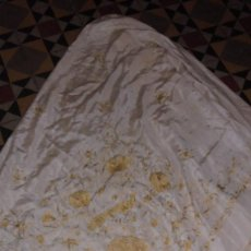 Antigüedades: (M) ANTIGUO MANTON DE MANILA EN SEDA COLOR CREMA Y SALMON BORDADO ESCENAS FLORALES Y PAJAROS . Lote 83313372