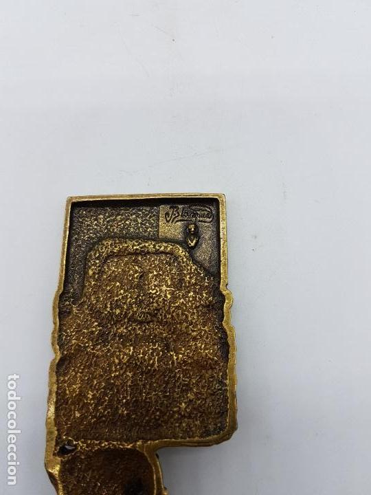 Antigüedades: Escultura del famoso orfebre Catalan Joan Blazquez, en metal con relieves, acabado en bronce,firmado - Foto 6 - 83314520