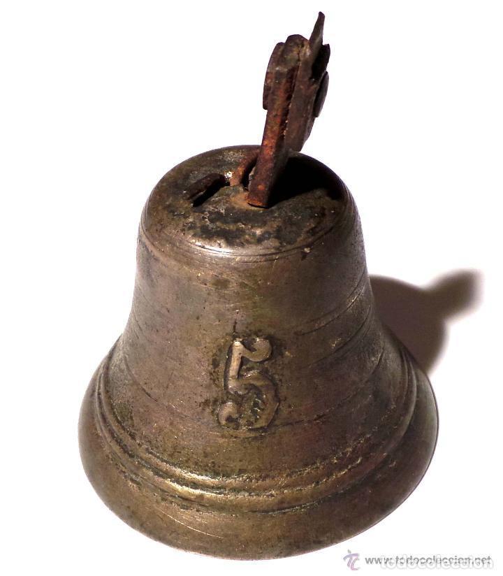 ANTIGUA CAMPANA EN BRONCE DEL SIGLO XVIII - NUMERO 5 POSIBLEMENTE MILITAR 9,5 DE ALTO X 7,5 DIAMETRO (Antigüedades - Hogar y Decoración - Campanas Antiguas)