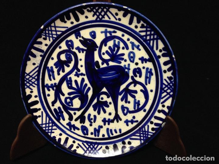 BONITO Y DECORATIVO PLATO ESMALTADO Y PINTADO A MANO (Antigüedades - Hogar y Decoración - Platos Antiguos)