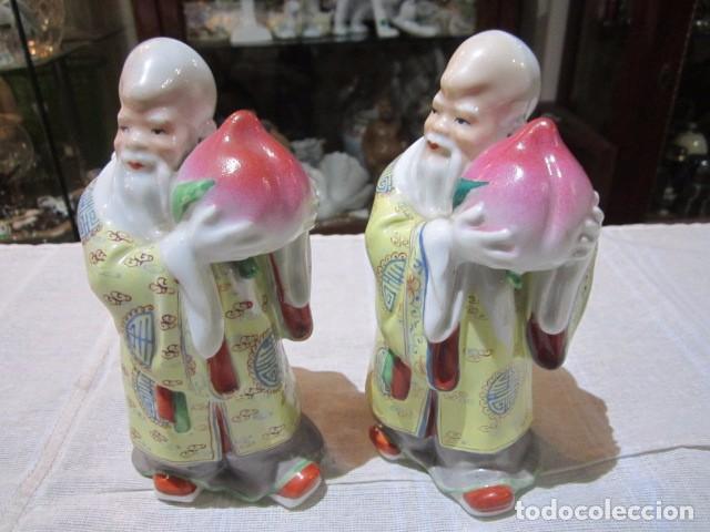 PAREJA DE MONJES CHINOS, DE PORCELANA. 17 CMS. ALTURA. MARCA EN LA BASE. (Antigüedades - Porcelanas y Cerámicas - China)