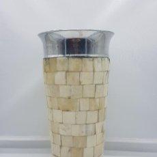 Antigüedades: JARRÓN ANTIGUO EN METAL Y MOSAICO HECHO DE HUESO MUY BONITO AÑOS 70.. Lote 166894933