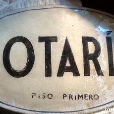 Antigüedades: ANTIGUA PLACA METÁLICA ESMALTADA NOTARIA. Lote 83451760