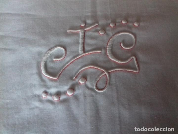 Antigüedades: ANTIGUA FUNDA DE ALMOHADA CON INICIALES BORDADAS Y TAPACOSTURA, SIN ESTRENAR. - Foto 3 - 83483228