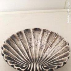 Antigüedades: ANTIGUO CENICERO METALICO EN FORMA DE VIEIRA,10,70 X 11,20 CM.. Lote 83570264