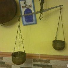 Antigüedades: PRECIOSA BALANZA EN BRONCE Y CUBOS EN LATON DORADO . Lote 83632140