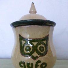 Antigüedades: ANTIGUO RECIPIENTE DE CERÁMICA CON TAPADERA TIPO ALBARELO O TIBOR-BUHO-PUBLICIDAD RESTAURANTE GUFO. Lote 83710256
