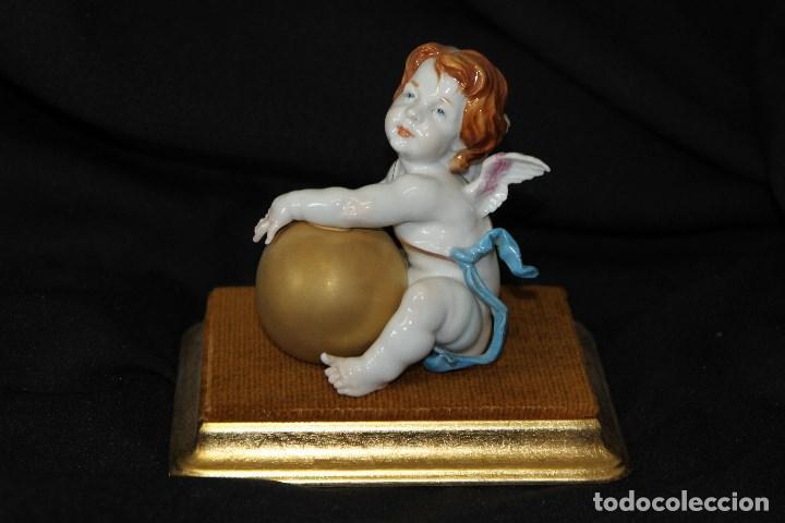 AUTÉNTICA PORCELANA ALGORA DOCUMENTADA. ANGELITO CON BOLA. PERFECTO ESTADO. CON PEANA. (Antigüedades - Porcelanas y Cerámicas - Algora)