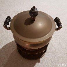 Antigüedades: ANTIGUA FONDUE DE COBRE CON ASAS DE MADERA TORNEADA. 25X23CM. PESO 3 KG. PATINA ORIGINAL.. Lote 83749900