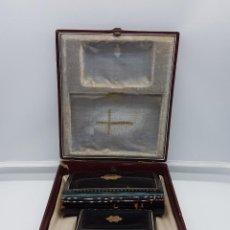 Antigüedades: ANTIGUO CONJUNTO DE MISAL Y MONEDERO LIMOSNERO HECHO EN CAREY CON INSCRIPCIONES EN ORO.. Lote 83793312