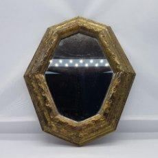 Antigüedades: ESPEJO VINTAGE PARA COLGAR CON MARCO DORADO EN SÍMIL DE PAN DE ORO.. Lote 83794484