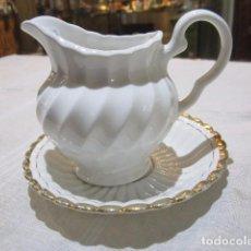 Antigüedades: JARRITA LECHERA DE PORCELANA INGLESA, CON PLATO.. Lote 83801524