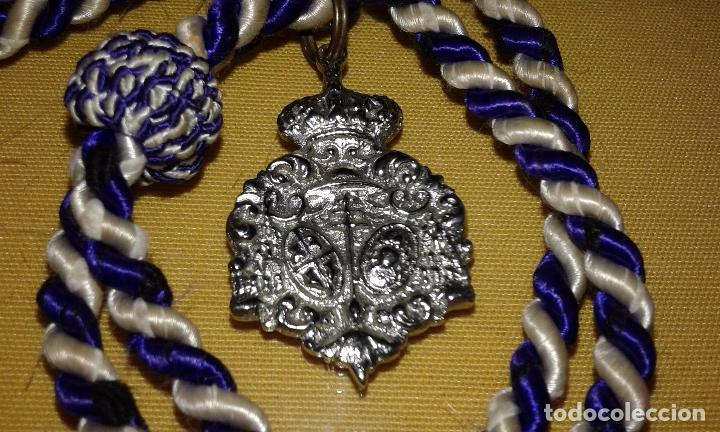 SEMANA SANTA SEVILLA - MEDALLA CON CORDON TAMAÑO PEQUEÑO - CREO QUE DE LA HDAD DE LOS NEGRITOS (Antigüedades - Religiosas - Medallas Antiguas)