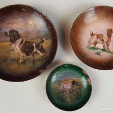 Antigüedades: SET DE 3 PLATOS EN METAL ESMALTADO. RAZAS DE PERROS. SIGLO XX. . Lote 83927164