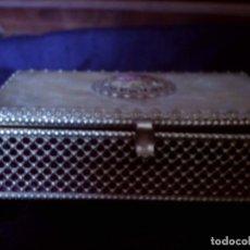 Antigüedades: CAJA JOYERO CON CAMAFEO DE PORCELANA ESCENA GALANTE DE FRAGONARD, MIDE 14X8CM.. Lote 83983648